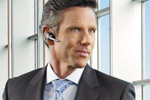 Deze man draagt de Jabra Supreme Bluetooth headset