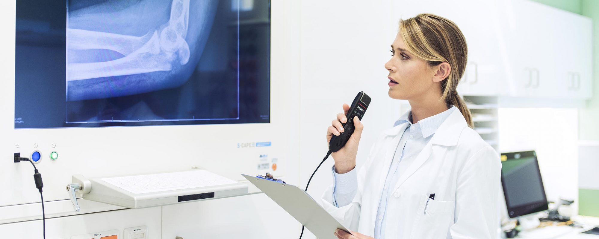 AVT de specialist voor digitaal dicteren en spraakherkenning - Dicteren met een Philips SpeechMike door een arts