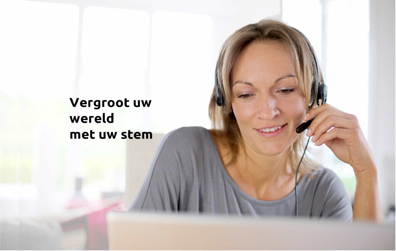 avt-spraakherkenning-dicterende-vrouw-met-tekst
