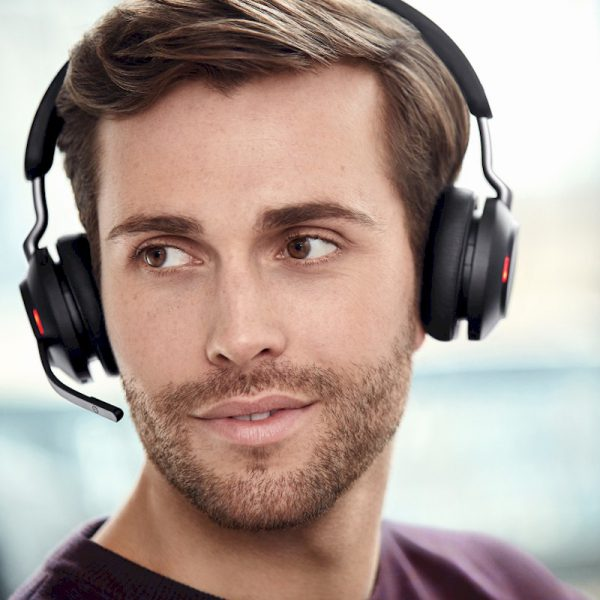 Jabra Evolve2 65 Stereo Bluetooth headset met micro USB-adapter - Plaatje van man die de headset draagt