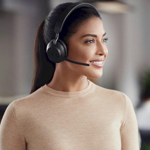 Jabra Evolve2 65 Stereo Bluetooth headset met micro USB-adapter - Plaatje van vrouw die de headset draagt